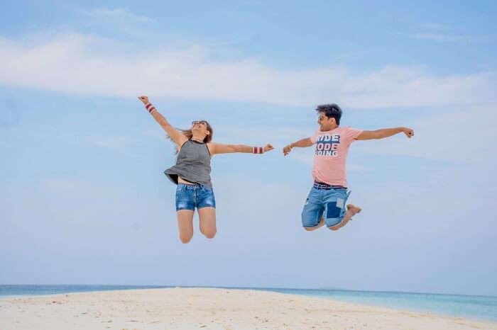 ankit wadhwa maldives honeymoon: photoshoot jumping
