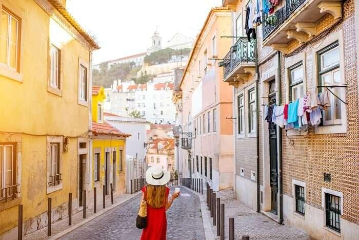 Romantic stroll through the streets of Alfama