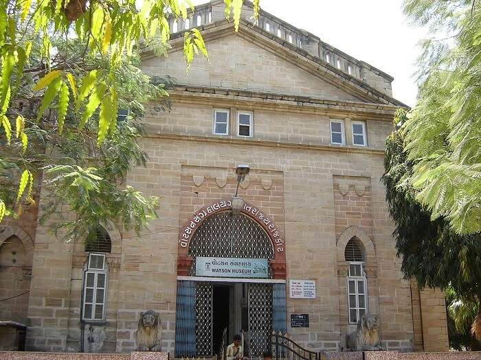 showcases the district's colonial history