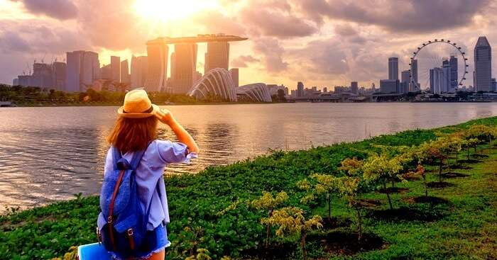 girl looking at singapore flyer
