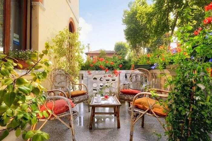 beautiful flower garden makes it perfect location to stay