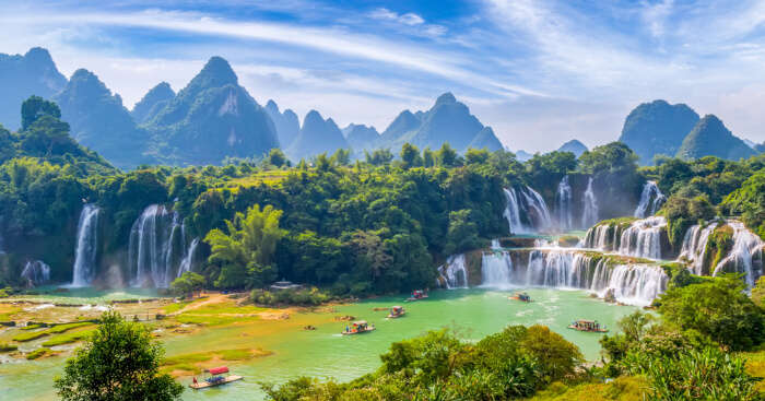 A wide landscape with Waterfalls