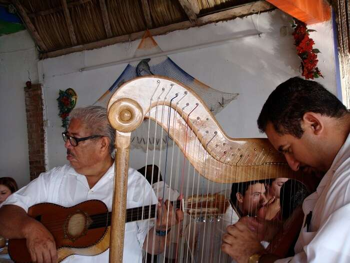 artists performing Veracruz music.