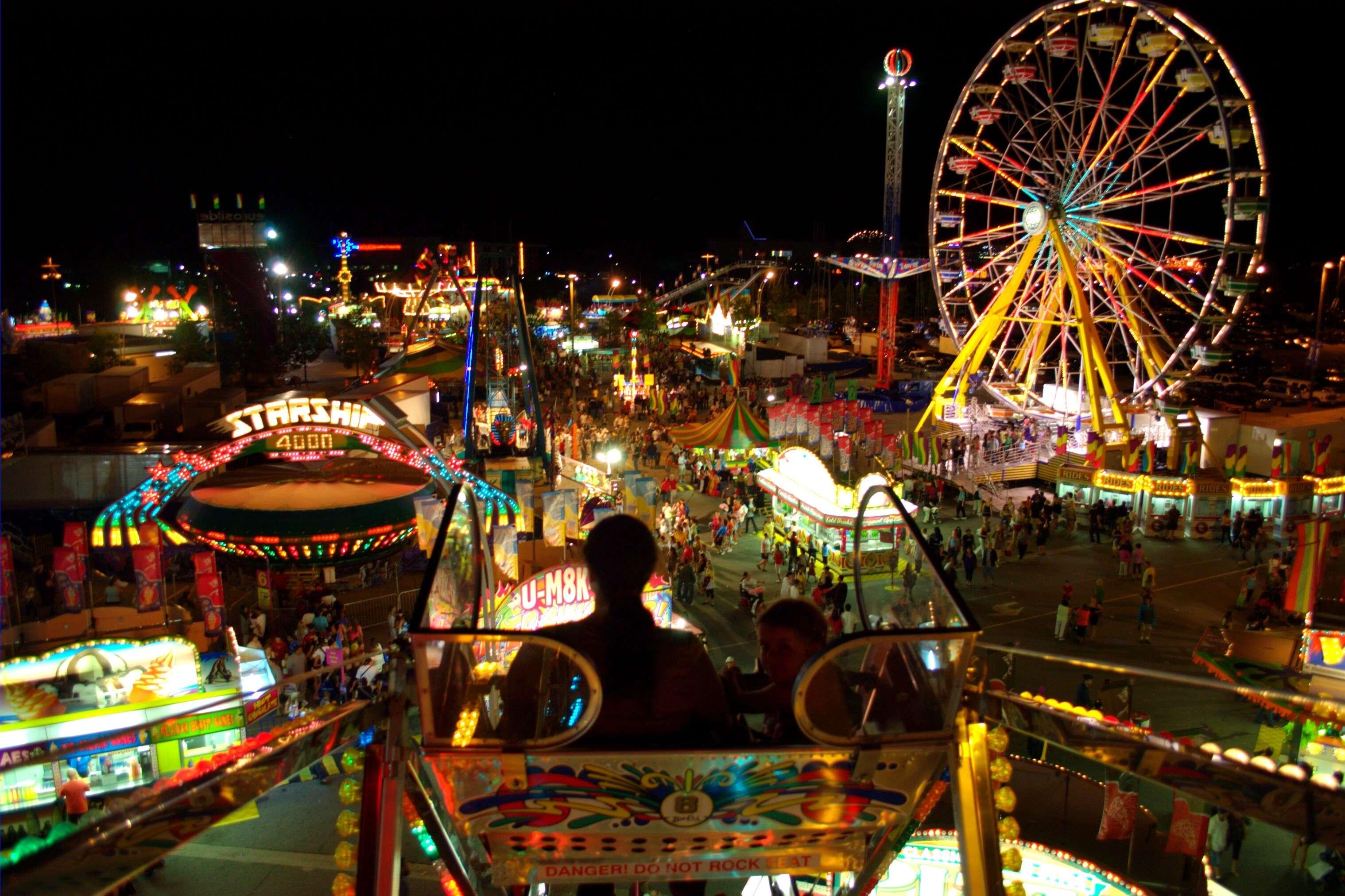 Amazing lighting and Ferris wheel