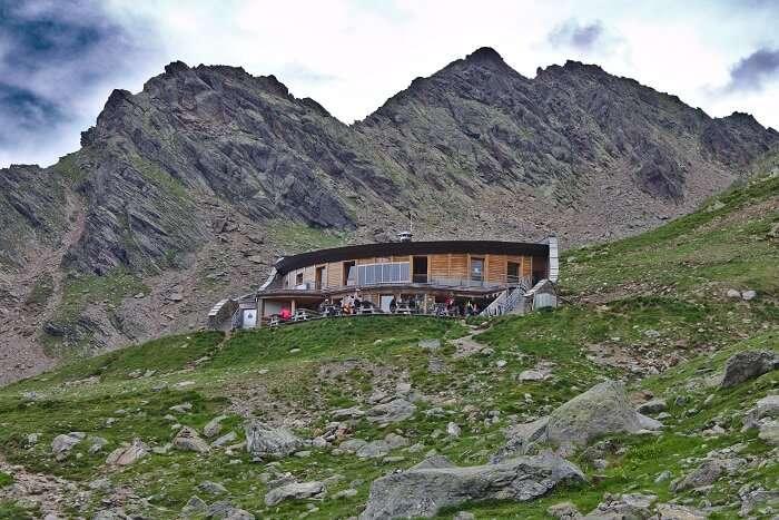 Das Refuge du Nid D'Aigle mit dem Bergkamm «Les Rognes» im Hin