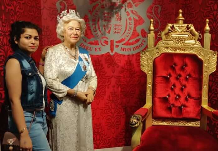 poses with the queen