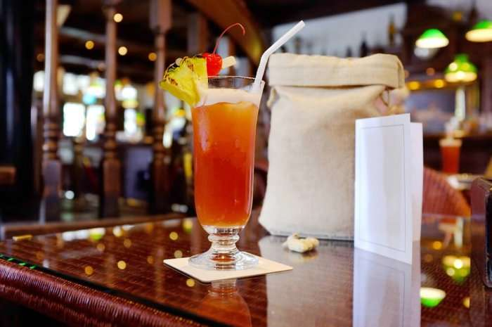 singapore sling in a bar