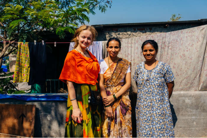 tourist posing with dharavi slum residents