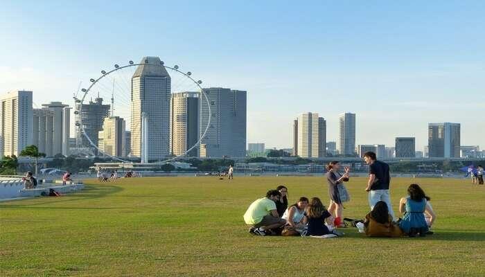 he Singapore Flyer is a giant ferris wheel