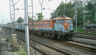 delhi to pune trains